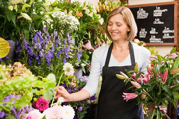 A lady working in her flowers boutique