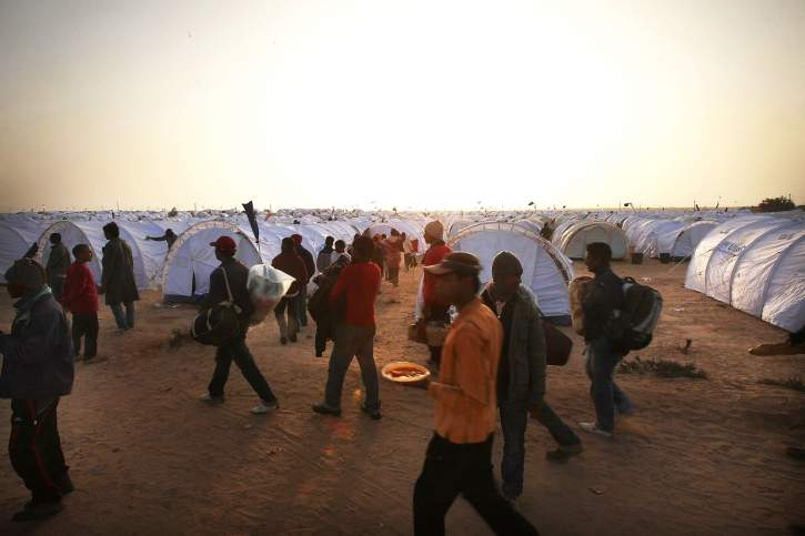 Photo of foreign workers and refugees flee as violence continues in Libya