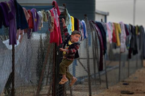 Thousands Of Syrian Refugees Seek Shelter